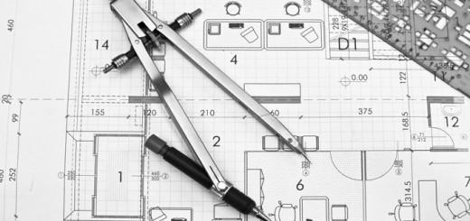 Bauplan eines Architekten mit Zirkel und Bleistift