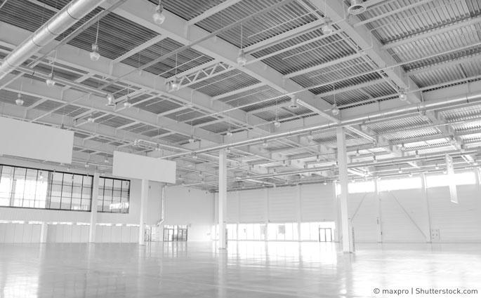 Eine leere Lagehalle, sie ist lichtdurchflutet und neu