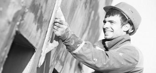 Bauarbeiter verputzt Hauswand