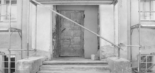 Baustellentür auf einer Baustelle