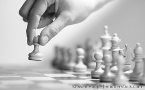 Schachspieler bewegt Läufer