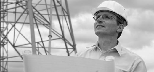 Ingenieur auf Baustelle mit Leistungsverzeichnis