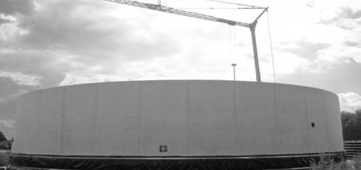 Biogasanlage, honter der einKran steht, sich also im Bau befindet