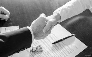Kaufvertrag wird unterzeichnet und der Schlüssel wird übergeben